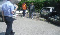 Carcasse di auto abbandonate nei parcheggi dell'Aler, arriva l'ok per la rimozione