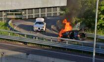 Auto prende fuoco dopo l'incidente accanto alla Cassanese