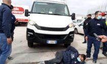 Tensione alla manifestazione: un operaio investito da un furgoncino