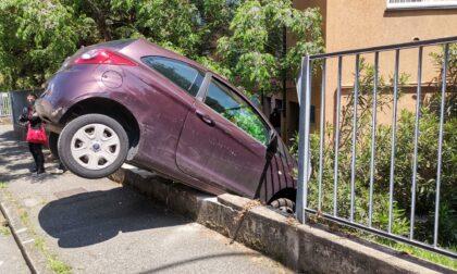 Sfonda con l'auto la recizione e finisce nel cortile di un condominio