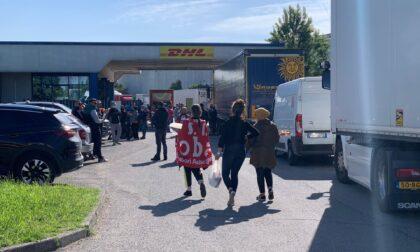 Lavoratori in protesta fuori dai magazzini Dhl a Settala e Liscate