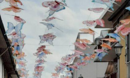 Farfalle colorate nel cielo del centro di Vimodrone per una iniezione di fiducia