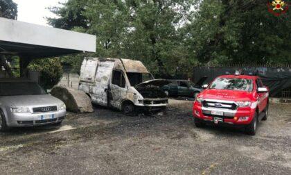 Furgone distrutto da un incendio: mobilitazione dei Vigili del fuoco