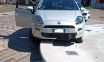 Un'altra auto finisce dentro la fontana: era appena stata riparata