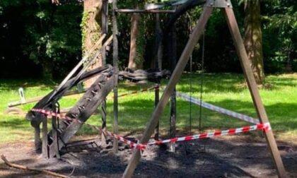 Rodano, la giostra bruciata costerà ai cittadini più di ventimila euro