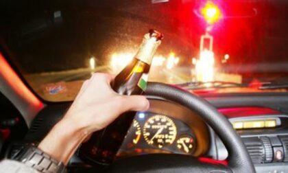 Alla guida ubriaca  con un tasso di alcol da coma etilico  (e con il cartone di vino sul sedile), provoca un frontale