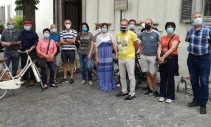 Protesta davanti al Comune di Inzago contro il Pgt durante la discussione in Consiglio