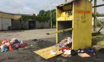 Incendiato un contenitore di abiti da dare in beneficenza