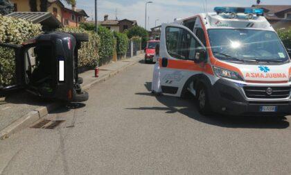 Si ribalta con l'auto: trentenne soccorso da ambulanza e pompieri