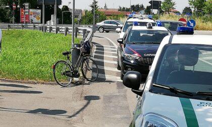 Cade in bici nel sottopassaggio della Padana: soccorsa  in codice rosso