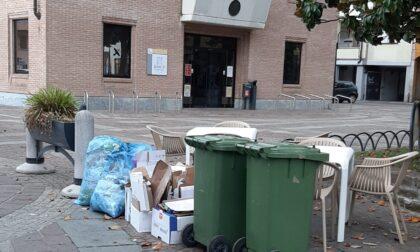 Altro che discarica: costretti a buttare  i rifiuti... in mezzo alla piazza di Melzo