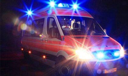 Donna cade nel Naviglio, salvata da due passanti