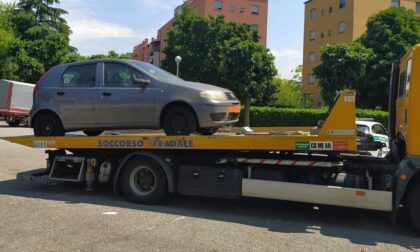 Oltre sessanta auto abbandonate a Brugherio: scattano rimozioni e demolizioni