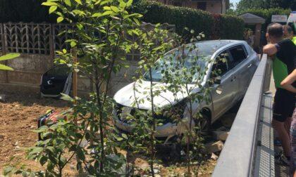 Auto fuori controllo sfonda il muro e finisce nel giardino di casa