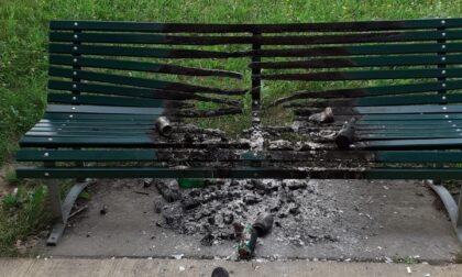 Vandali danno fuoco a una panchina appena posata nel Parco Martesana