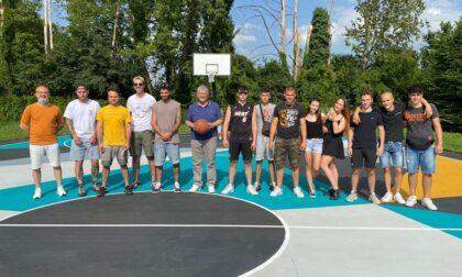 Campo di basket riqualificato a suon di colori dai ragazzi