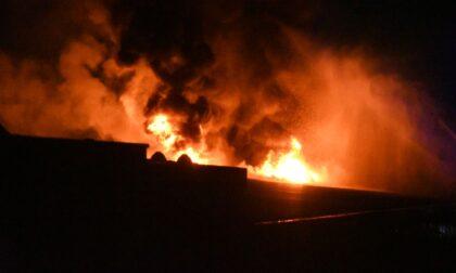 Devastante incendio in un capannone a Brugherio
