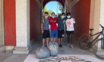Quattro giovanissimi ripuliscono il parco delle scuole medie