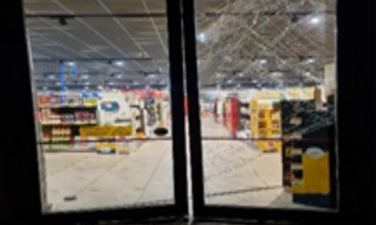 Auto-ariete contro la vetrina di un supermercato, ma i vigilantes mettono in fuga i ladri