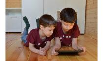 """Genitori alle prese con la """"Generazione Z"""": bambini e adolescenti che crescono con smartphone e tablet"""
