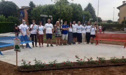 Una panchina rossa e una blu per ricordare Elena e Diego