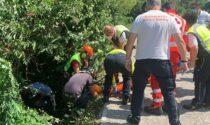 Cade in una scarpata accanto al Naviglio, frate soccorso e salvato