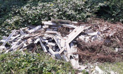 Estinguono un incendio e trovano una discarica di eternit e rifiuti speciali