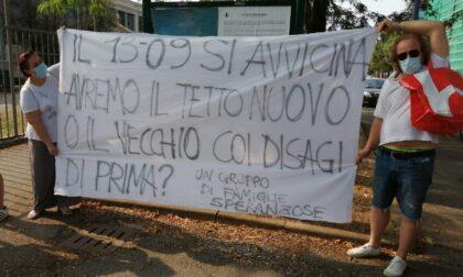 """Protestano i genitori: """"Quando partono i lavori a scuola?"""" e spuntano i muratori"""