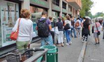 """Lunghe file al mercato per il vaccino e per avere il Green pass prima delle vacanze (con alcuni """"furbetti"""")"""