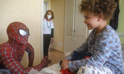Da New York alla pediatria del Niguarda, Spiderman entra direttamente dalla finestra