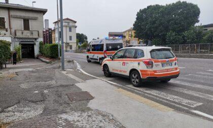 Cade mentre passeggia e picchia la testa, paura per un anziano sulla Padana