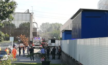 Incendio in un capannone: evacuati i lavoratori