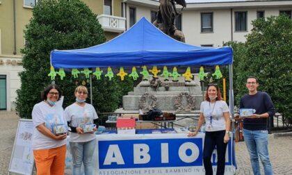 Abio Martesana in piazza con i cestini di pere, ma la beneficenza non si ferma