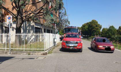 Vigili del Fuoco e Carabinieri lungo il Naviglio a Gorgonzola per prestare soccorso a una persona