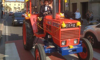 Si sposano a bordo di un trattore
