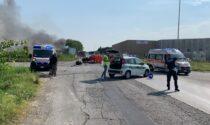 Scontro tra un'auto e un camion che prende fuoco. L'autista muore nel rogo del mezzo