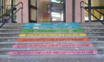 Una scalinata di gentilezza accoglie gli studenti al rientro a scuola