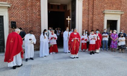 Benedetto il nuovo sagrato della chiesa a Pessano con Bornago