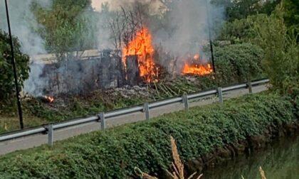 Incendio sull'alzaia del Naviglio. Vigili del Fuoco a Cassina de' Pecchi