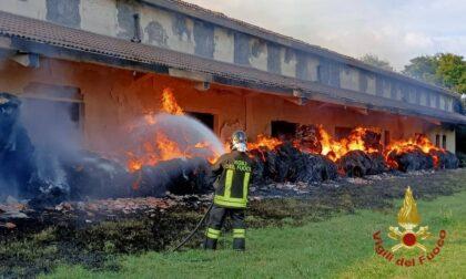 Va a fuoco un fienile, intervengono due squadre dei pompieri