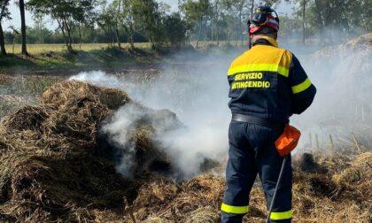 Fiamme in un fienile, intervengono pompieri e Protezione civile