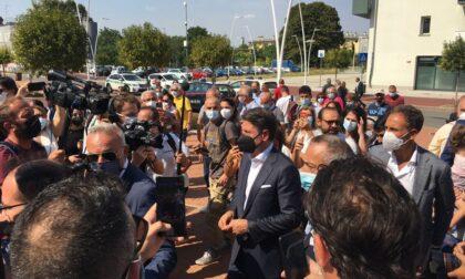 Giuseppe Conte a Pioltello: l'incontro coi militanti M5s e una corona di fiori per le vittime del deragliamento