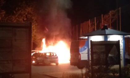 Incendio distrugge delle auto in sosta
