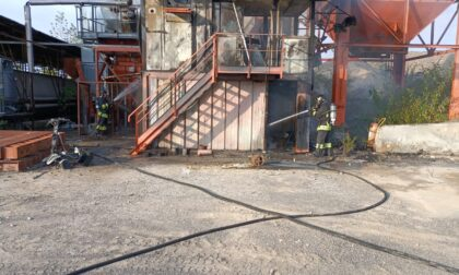 Incendio nell'azienda di bitume: la ciminiera è spenta da anni. Indagini in corso