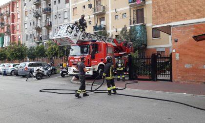 Tetto di un palazzo prende fuoco: mobilitazione a Pioltello