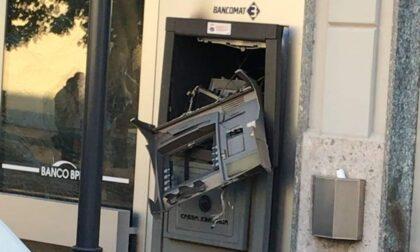 Fanno esplodere il bancomat ma... bruciano il contante
