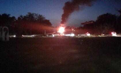 Camion in fiamme sul ponte sopra l'autostrada A4 a Trezzo