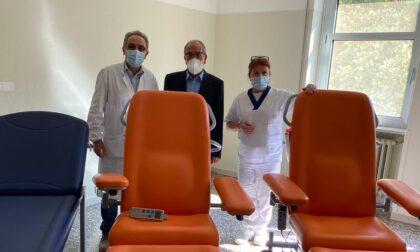 Ex paziente oncologica dona lettini e una poltrona all'Uboldo di Cernusco sul Naviglio