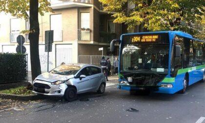 Incidente tra autobus e una macchina, ferite quattro persone