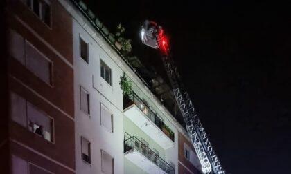 Incendio in un palazzo per un mozzicone di sigaretta: intervento in alta quota dei pompieri